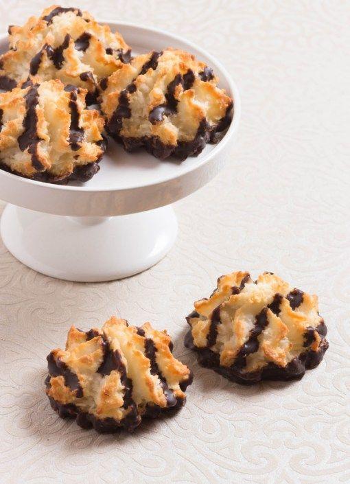 Kokosky máčené v čokoládě a krásně vonící pomerančovou kůrou. Vánoční klasika, která nikdy neomrzí. Ingredience  1 3/4 hrnku strouhaného kokosu 2 velké bílky 1 hrnek čokoládových kousků 5 lžic krupicového cukru 2 lžíce mletých mandlí 1/2 lžičky mandlového extraktu 1/2 lžičky vanilkov