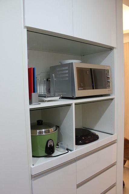 電器櫃就搭配廚房色系 其中有一個巧思可以分享給大家 一般如果沒用發泡板做電器櫃 怕蒸氣通常會黏玻璃在上方 而我們是把