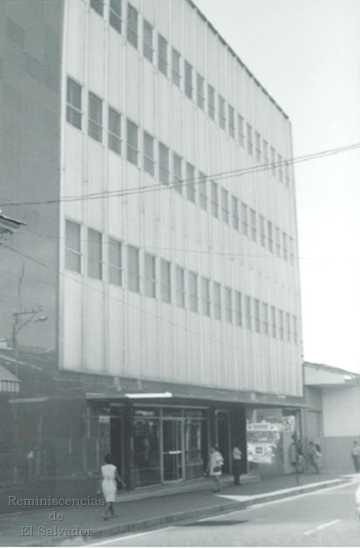 1958, Antiguo edificio de la Prensa Grafica, sobre la 3a. Calle Poniente de San Salvador.