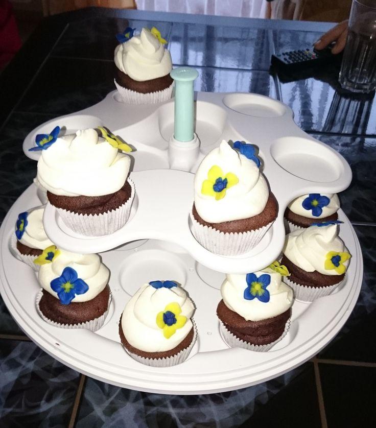 Ich habe am Wochenende süße Cupcakes gebacken und diese dann zur Oma transportiert. Mit der Etagere war das kein Problem.  Alles kam heil an und auch auf der Kaffeetafel sah die Etagere gut aus. - http://emsa.springup.io/?view=social&type=reply&id=19179