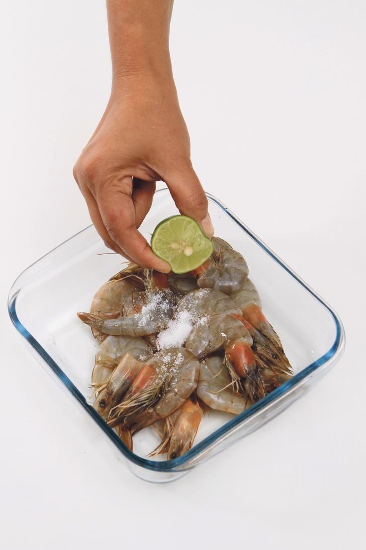 Untuk menghilangkan bau amis pada seafood: bersihkan dari kotorannya lalu cuci dengan air mengalir. Lumuri daging (ikan, cumi, kerang, dan udang) dengan air jeruk nipis dan garam. Diamkan selama beberapa menit sebelum diolah.