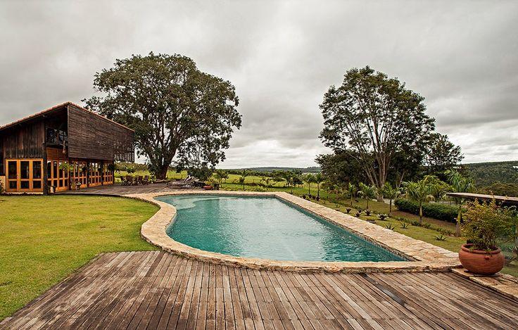 Construída em uma área alta, essa piscina foi valorizada pelo vasto campo em que está inserida. Projeto do arquiteto Carlos Motta