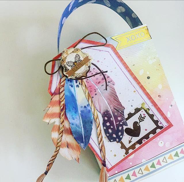 caixa decorada com papéis tema penas e adesivo foil