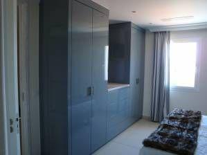 Hoogglans gespoten linnenkasten. Gemaakt van gespoten MDF met een eiken blad. Het binnenwerk is gemaakt van melamine. In het midden zijn laden gemaakt die te openen zijn d.m.v. een kliksysteem. Tussen de hoge kasten is de tv aan de muur opgehangen.