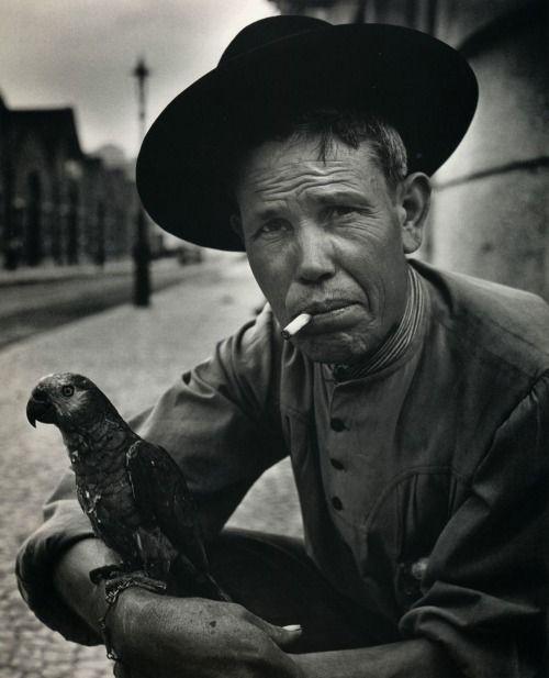 Jean Dieuzaide, L'homme au perroquet, Lisbonne, 1954.