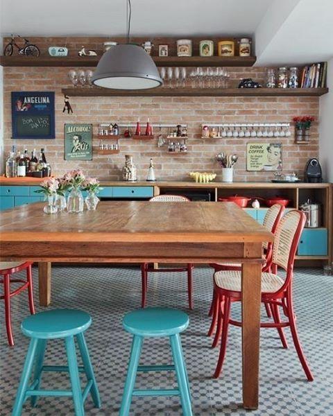 A cozinha também pode ser colorida! Além dos armários em tons de azul, as cadeiras vermelhas levantam o astral do espaço. Ideia do arquiteto Gil Mello. Foto Evelyn Müller (@evelynmullerfotos) #revistacasaclaudia #cozinha #cores #home #decor #homedecor #color #kitchen