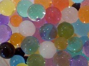 Hacer pelotas saltarinas a partir de bórax y almidón de maíz. | 24 Experimentos científicos que tus hijos adorarán