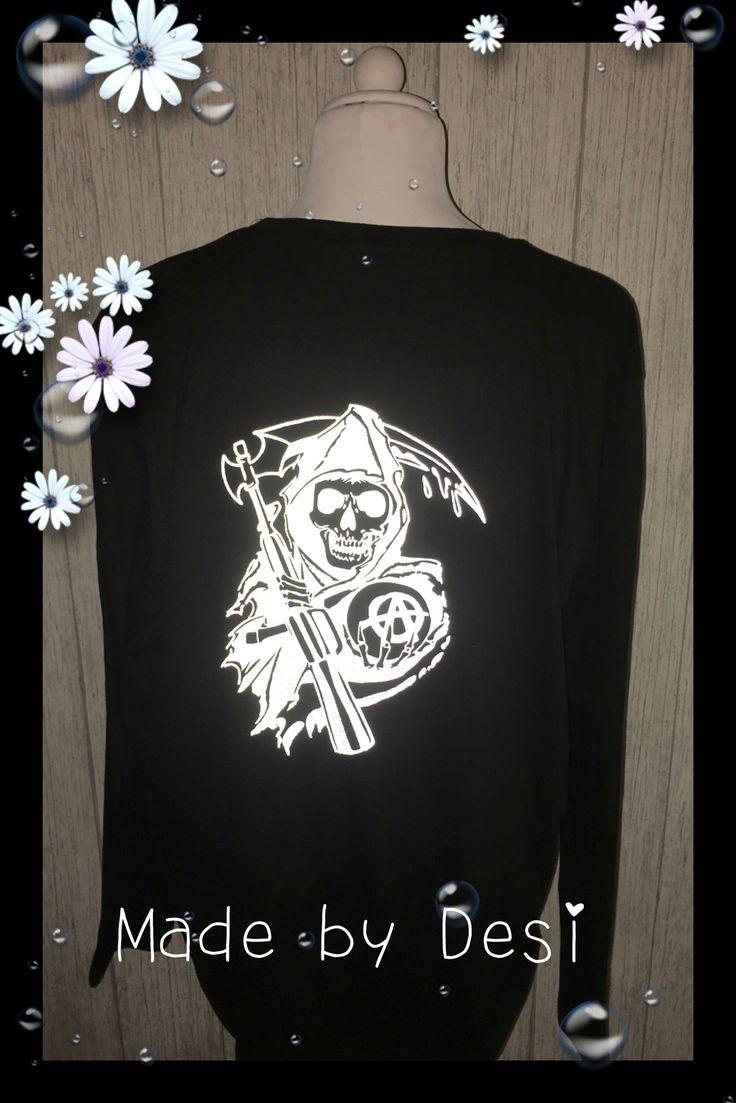 Deze reaper shirt is gemaakt van reflex flex in het donker zie je het haast niet maar zodra er licht op komt ( bv koplampen van auto's of flits licht zoals op de foto )  , licht de afbeelding op
