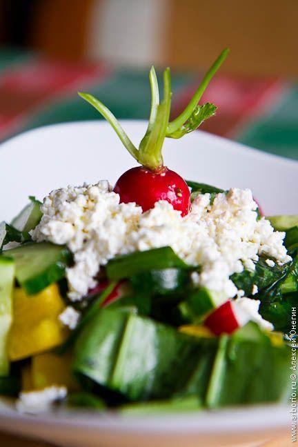 Свежий, ароматный, простой и немного наивный весенний салат с черемшой. Рецепт, который обязательно стоит попробовать, пока черемша еще есть в продаже.