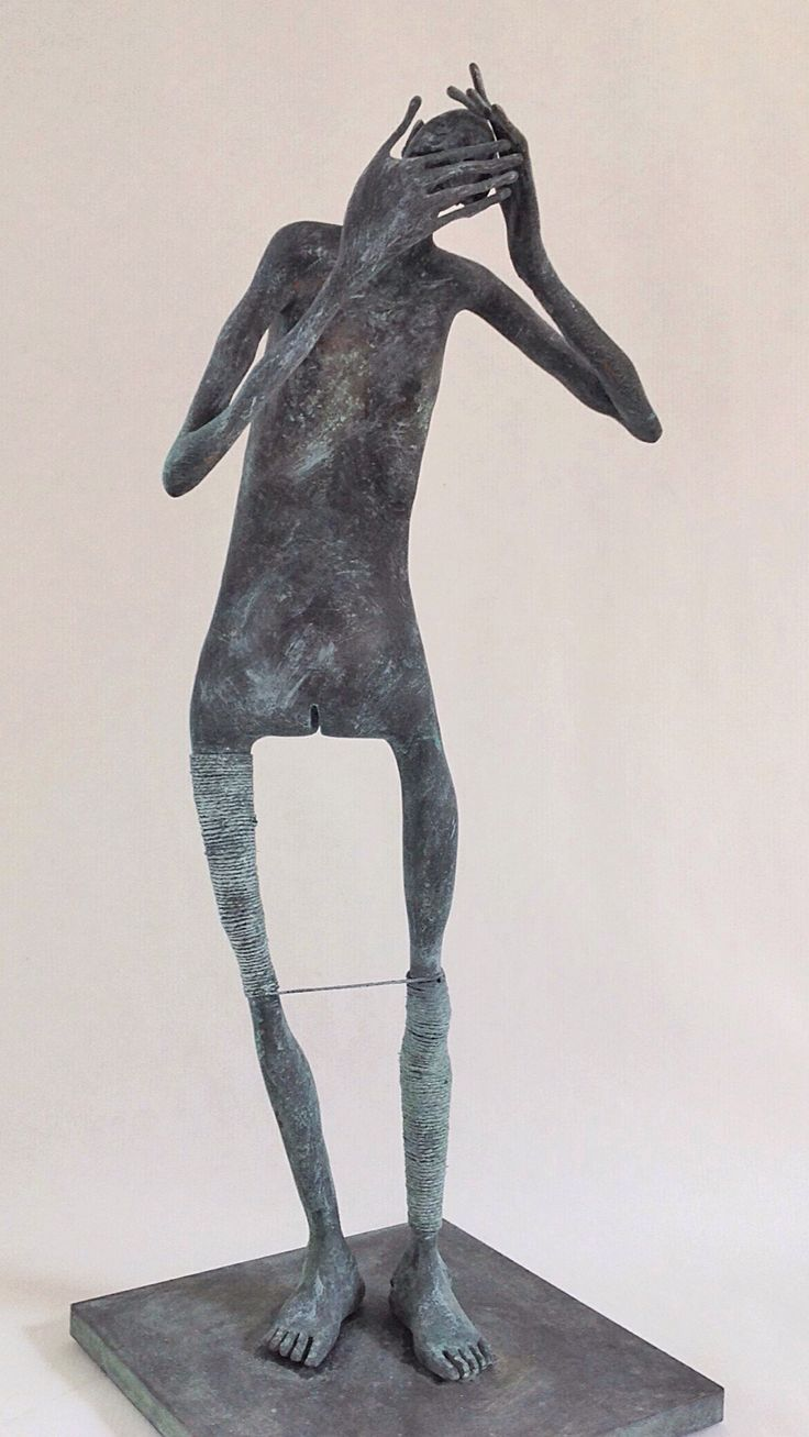 Figura Ne317. 2015. Arcilla polimérica. Polvo de bronce patinado. Acero, cuerda. 40,5 x 15 x 15 cm. http://www.pablohuesoart.com