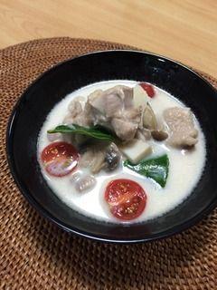 【タイ料理:トムカーガイ(ต้มข่าไก่ tôm khàa kài:鶏肉入りココナッツスープ)の作り方】先日友人宅で作ったら、友人が絶賛してくれたレシピです^^(その時の様子はこちらから)日本に本帰国後、友人からリクエストをもらい、私のタイ料理の師匠に作り方