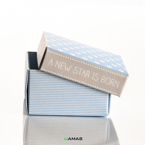 Scatolina in Cartoncino Alimentare 6x6x3,5 cm di colore azzurro con strisce bianche formata da fondo e coperchio azzurro a stelle bianche.  Pratico sistema ad incastro ed autochiudente per il montaggio rapido.  Adatto a contenere 5/7 confetti.