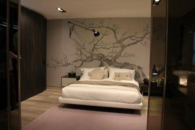 Camera con grande decorazione - Idee carine per arredare la camera da letto con le decorazioni da parete.
