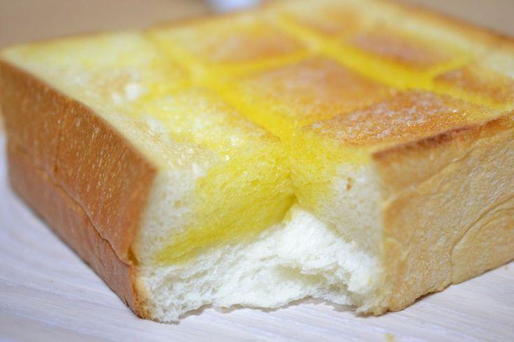 出典:http://item.rakuten.co.jp 手間がかからず楽ちんなトーストが毎朝の定番というご家庭も多いでしょう。6枚切りや8枚切りの食パンをトースターに入れて焼き、バターを塗るというのが定番ですか? たまには厚切りや1斤のままの食パンを買って、切り方を変えてみましょう。トーストの切り方ひとつで、朝ごはんは楽しく変わります! ななめ切りタイプ 出典:http://www.log-cabin.jp ななめというだけでおしゃれな雰囲気に。角から角へ、2つの三角形に切っても良いですし、少しずらして台形2つに切るとホテルのモーニングのようでさらにおしゃれな気がしてきます。 縦切りタイプ 出典:http://blogs.yahoo.co.jp 同じ大きさのパンでも、スライスではなく縦に切ってみると違ったおいしさがあります。 薄くスライスするとサクサクの食感のトーストになりますが、こうして切るとふんわりとした内側の食感をより楽しむことができます。 小さめタイプ 出典:http://www.excite.co.jp…