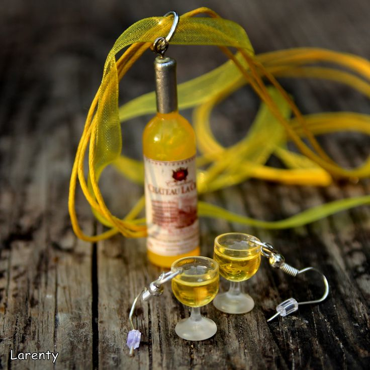 Vin(n)ý+setík+2+(žlutá)+Naušničky+představující+sklenice+plné+bílého+vínka+jsou+lehounké+a+neubývající+doplněny+o+lahvinku+vína,+které+jezavěšeno+na+šifonové+stuze+a+2+voskovaných+šňůrách,+délka+45+cm+++5+cm+řetízek.+Etiketa+na+láhvi+se+může+odlišovat+od+té+na+fotce!!!++Velikost+lahve:+5+cm+Velikost+naušnic:+do+2+cm++