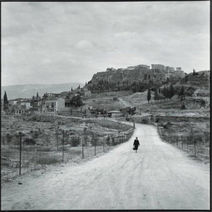 Θησείο και με θέα την Ακρόπολη το 1955... Φωτογράφος Robert McCabe.... — μαζί με