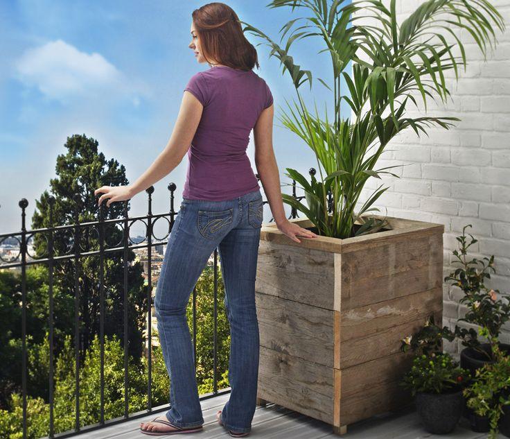 Costruzione fai da te di fioriere da terrazzo dove poter collocare grandi vasi. Per costruirle utilizziamo assi di recupero e le assembliamo con un trapano.