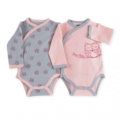 On adore ce lot de deux bodies bébé fille croisés à motif chouette ! Idéal pour les premiers jours de bébé