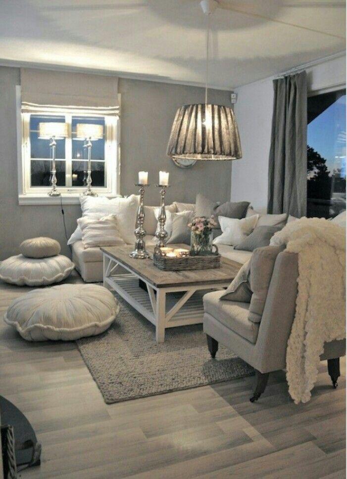 Warme en landelijke inrichting voor de woonkamer. Gecombineerd met verschillende tinten grijs.