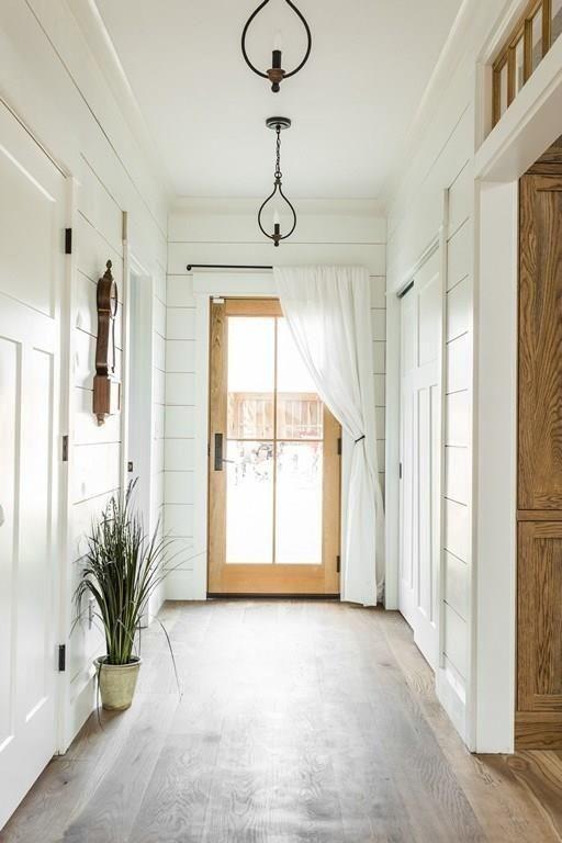 Raam naast de deur met houtkleur kozijn