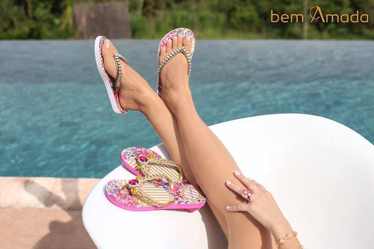 Super romântica e feminina! Conheça a sandália Listras Douradas.  #bemamada #transcendente #transcendentecollection #chinelos #sadalias #sandals #fliflops #moda #modafeminina #veraõ #piscina #calor #sol #sun #summer #pool #lifestyle #relaxing #beauty