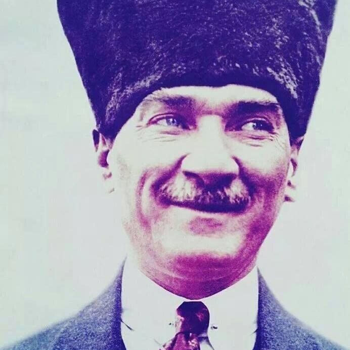 """Bugün ulu önderimiz Mustafa Kemal Atatürk'ün sonsuzluğa gidişinin 76. yıl dönümü. Onu özlemle anıyor ve özlüyoruz.  Halkına her alanda örnek olan yüzyılın lideri, aynı zamanda zevk sahibi bir beyefendiydi. Nebil Özgentürk'ün """"O Daima Şıktı"""" kitabında Atatürk'in giyim tarzıyla ilgili 20 şıklık sırrını anlatılıyor."""