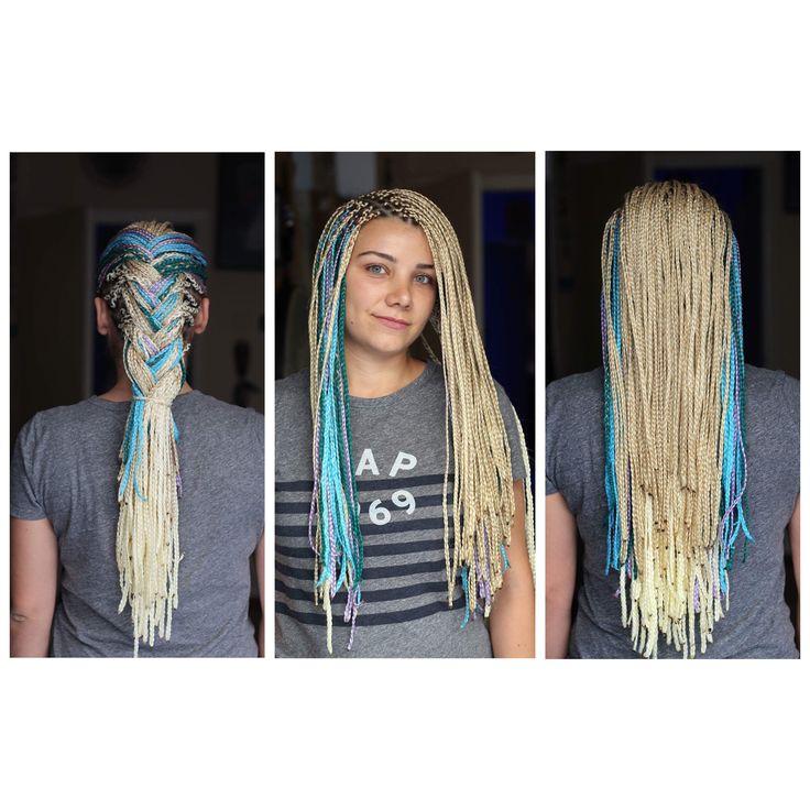 •Standart Afrika Örgüsü •Platin , Beyaz ve canlı renkler kullanılmıştır. Oldukça seyrek bir saç yapısı olduğu için dip ayrımları ince alındı . •Tutucu gramajdan fazlası eklenmedi saç yapısına zarar vermemesi için. •Seyrek saçlarınız olabilir Elimizden geldiği kadar ek saçlarla estetik yapıda örgülüyoruz ve aynı zamanda saç yapınıza ağır gelmemesi için ayarlıyoruz .  •0555 899 03 30