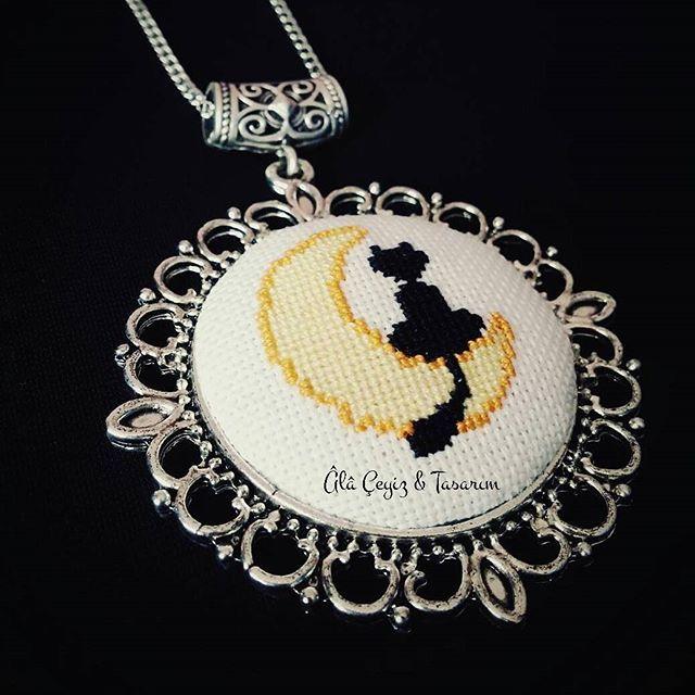 'Aydaki kedi' kanaviçe kolye  En sevdiğim anime olan Ay Savaşçısı'nı hatırlatan bu deseni kolyeye uyarlamak istiyordum ne zamandır, bugüne kısmetmiş  Bilgi ve sipariş için DM'den bize ulaşabilirsiniz   #etamin #kanaviçe #kaneviçe #handmade #etaminkolye #kanaviçekolye #kanaviçetakı #etamintakı #embroidery #fashion #moda #tarz #takı #hobi #alışveriş #sipariş #siparişalınır #özelyapım #tasarım #elemeği #elyapımı #elişi #hementeslim #sailormoon #aysavaşçısı #anime #cat #moon