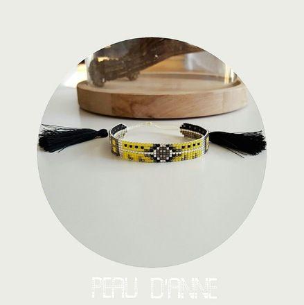 petite manchette tissée de fines perles miyuki.  Elle est réglable selon votre poignet.  Elle mesure 1cm de large  coloris :jaune /noir  Possibilité de retirer les pompons, f - 18894755