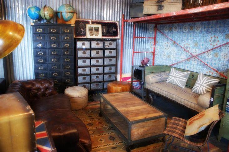 Salón completo con muebles estilo industrial