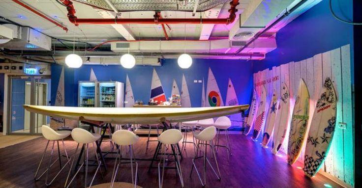 Com 85 mil metros quadrados, o escritório do Google em Israel é um lugar surpreendente que usa até pranchas de surf na decoração. Tão diferente que os funcionários se sentem 'em casa'. Confira as fotos e veja como o ambiente de trabalho pode unir design e conforto