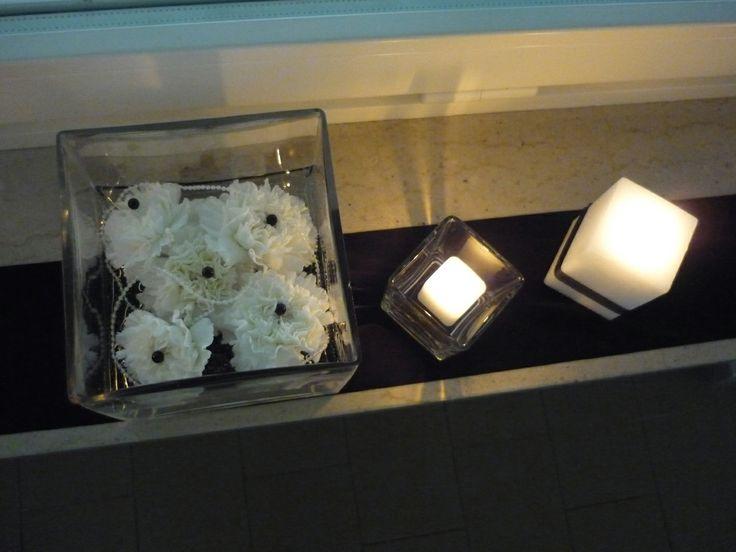 cubi di vetro , garofani bianchi e perle nere addobbi per le finestre www.weddinglafioreria.com