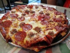 Домашняя пицца топ-5 рецептов 1) Быстрая пицца на сковороде Ингредиенты: - сметана 100 мл - кефир 100 мл - пищевая сода 1 ч. л. - мука 1 стакан - желтки яичные 2 шт. - специи по вкусу - колбаса 150 г - помидоры черри 5 шт. - морковка по-корейски 70 г - сыр 150 г Приготовление: Готовим начинку: нарежь помидоры кольцами, а бекон или колбасу – маленькими кусочками. Далее нарезаем мелко морковь по-корейски. Все продукты перемешиваем в миске. Теперь смешиваем сметану, кефир и соду. Смесь должна…