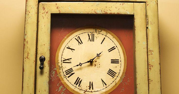Cómo calibrar un reloj de péndulo. La puntualidad en un reloj de péndulo está regulada por este último. El péndulo debe estar paralelo al frente del reloj para que funcione la puntualidad. Una pesa en el péndulo, llamada plomada, cambia la velocidad de la oscilación dependiendo de donde está la plomada ubicada en el péndulo. El reloj puede calibrarse fácilmente con un poco de ...