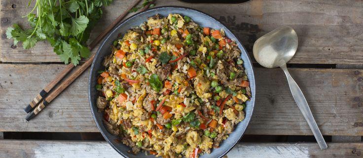 Paistettu riisi valmistuu vaivattomasti puolivalmisteista ja jauhelihasta. Lisää chiliä maun mukaan. Noin 1,00€/annos.