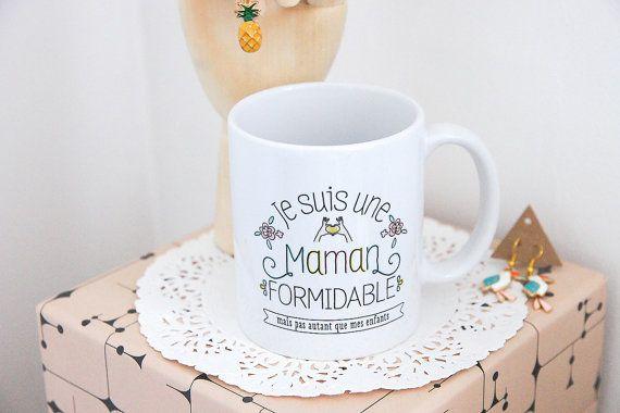 «Je suis une maman formidable» proclame ce mug, et en lisant plus loin il murmure aussi «mais pas autant que mes enfants». Cette jolie tasse en céram…