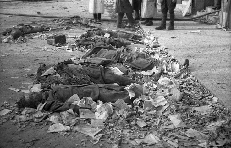 II. János Pál pápa (Köztársaság) tér, a pártház ostromakor kivégzett védők holtteste.