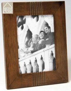 Drewniana ramka do zdjęć 13x18  Piękna ramka do zdjęć, drewniana.  Ramka przystosowana do zdjęć o wymiarach 13 cm x 18 cm.  Ramka posiada podpórkę z możliwośią postawienia zarówno pionowo jak i poziomo.  Szkło 2 mm.  Ramka do zdjęć może być świetnym prezentem na każdą okazję!  Produkt wysokiej jakości, wyprodukowany w Polsce.