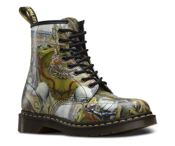 Nos boots 1460 George et le dragon racontent l'histoire du Saint Patron de l'Angleterre. Et surtout ce qui fut son heure de gloire: le moment où il a terrassé cette créature diabolique à l'issue d'une bataille féroce contre les forces du mal. Confectionnées dans un cuir imprimé, ces bottes pour hommes sont montées sur notre emblématique semelle à coussin d'air résistante à l'huile et à la graisse, anti-usure et antidérapante, cela depuis 1960.