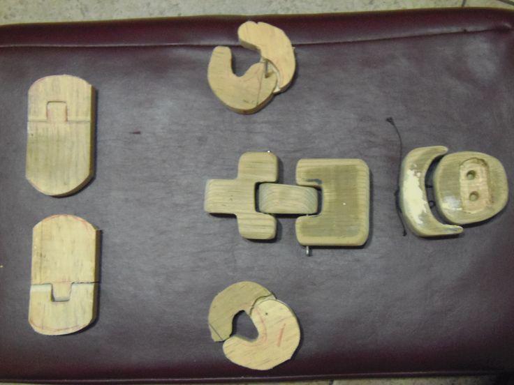 presentando piezas cortadas en madera