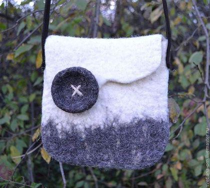 Купить или заказать Валяная сумка 'В стиле эко' в интернет-магазине на Ярмарке Мастеров. Эффектная сумочка изготовлена из домашней натуральной шерсти, плотная, хорошо держит форму, очень удобная, декорирована валяной пуговицей. Длинная кожаная ручка через плечо, льняная подкладка с кармашком, застегивается на магнитную кнопку.