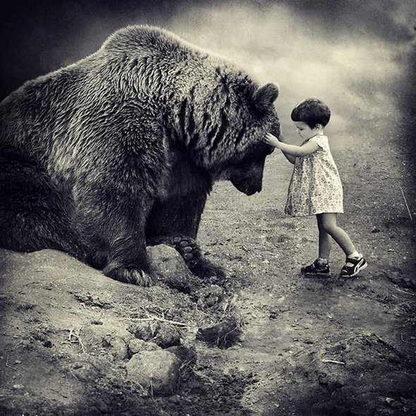 La niña y el Oso...: Little Girls, Bears Hug, Friends, Black And White, Teddy Bears, Pet, Children, Big Bears, The Beast