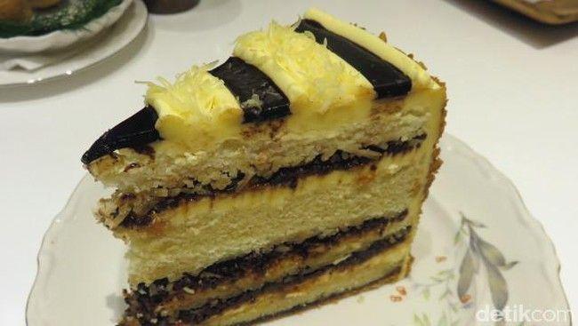 Jangan lewatkan cake lezat dengan paduan rasa khas Indonesia. Seperti martabak cake dengan unsur rasa keju, cokelat, dan kacang. Manis enak! di AMKC Atelier