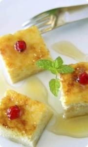 """Tarta de mató y miel    ingredientes para 4 personas   - 200 g de hojaldre  - 6 cucharadas de leche condensad   - 300 g de \""""mató\"""" el Pastoret de la Segarra   - 100 g de mantequilla  - 3 cucharadas de miel  - 3 huevos  para decorar:  - mermelada  - miel  - grosellas"""