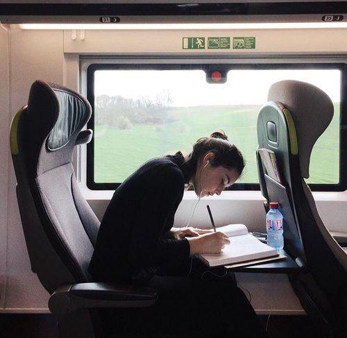 Mädchen, Zug und Reise Bild