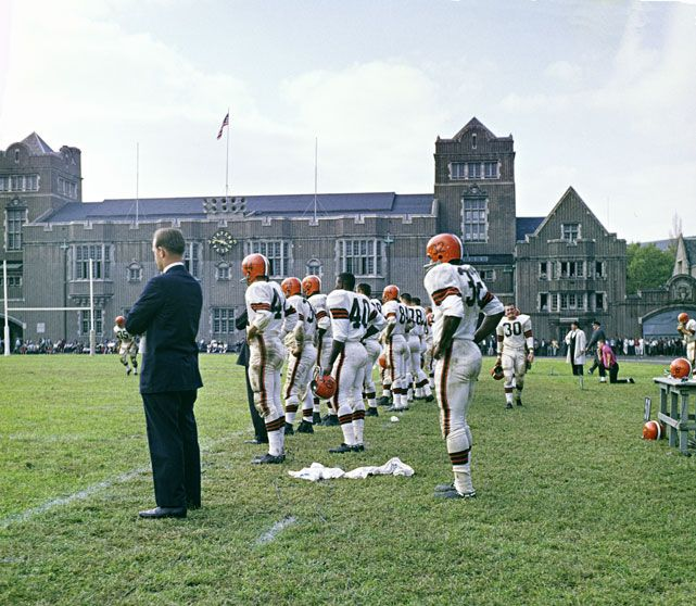 Pro football game in 1960, looks a lot different, happy birthday to no. 32 jim brown, all time great browns running back...