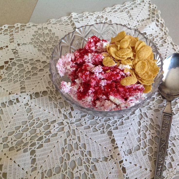 Поздний завтрак или обед не важно. Главное соединении цвета запаха и вкуса в одном десерте. А если это ещё и натурпродукты то трапеза дорогого стоит. Не смогла устоять и сделала экспресс фото. Домашний творог мягкий и белоснежный плюс свежезамороженная малина с сахаром и кукурузные хлопья вдохновили меня и порадовали своим вкусом. #desert #naturprodukt #naturprodukte #food #foolowme #fooddesert #mademyday #madeukraine #Hüttenkäse #Himbeere #Homemadecottagcheese #raspberries #colorraspberry…