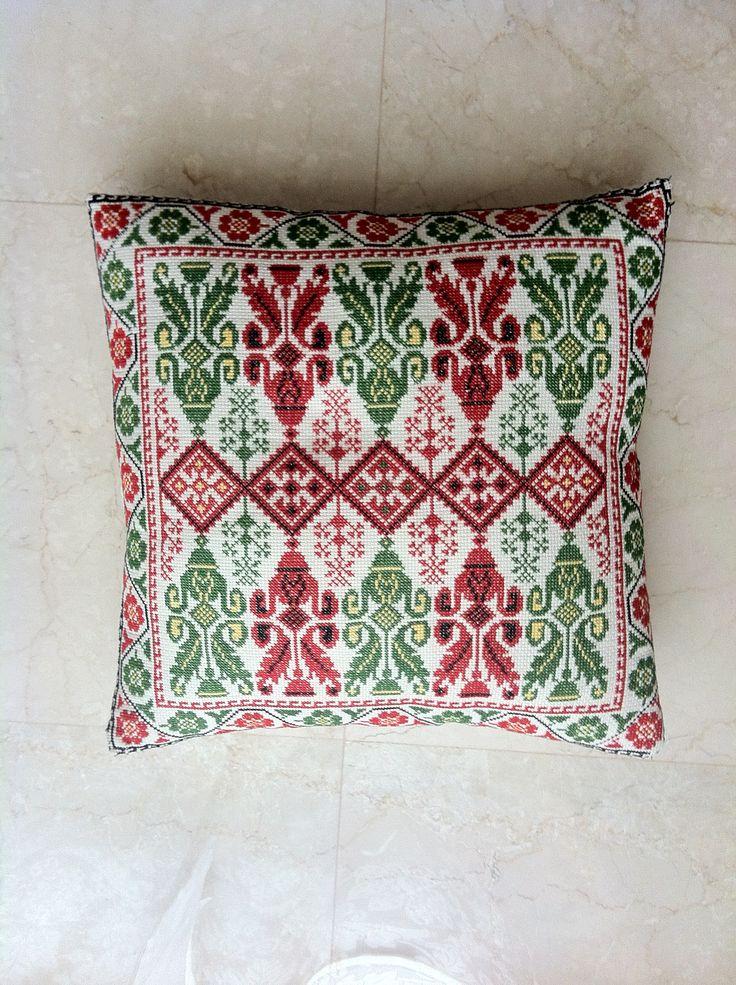 วันธรรมดาใช้ผ้าพื้นขาว ปักลายแดง พอวันคริสต์มาสเอาลายเขียวหรือแดงเขียวมาวางสักใบ ก็เข้ากับเทศกาลแล้ว