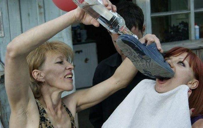 Sanatçının ayakkabısından şampanya içmek