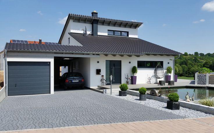 Einfamilienhaus modern Holzhaus versetztes Pultdach modern Fenster  Holzterasse vor Eingang  Haus mit Teich